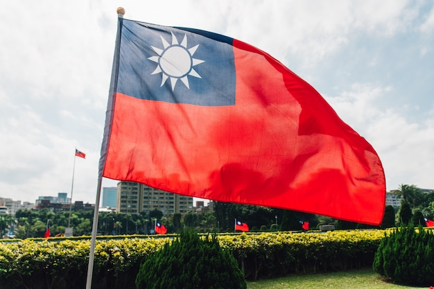 Bandiera nazionale di taiwan che fluttua nel vento. Foto Premium