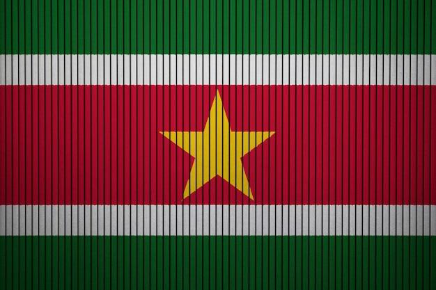 Bandiera nazionale dipinta del suriname su un muro di cemento Foto Premium