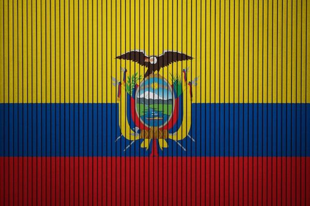 Bandiera nazionale dipinta dell'ecuador su un muro di cemento Foto Premium