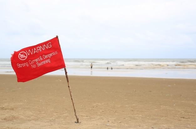 Bandiera rossa di avvertimento in spiaggia Foto Premium