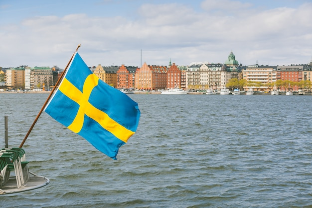 Bandiera svedese sul retro di una barca a stoccolma Foto Premium