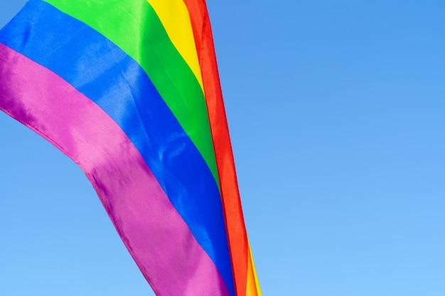 Bandiera sventolante lgbt nel cielo sul pennone Foto Premium