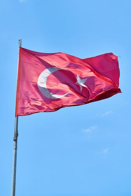Bandiera turca che ondeggia nell'aria Foto Premium