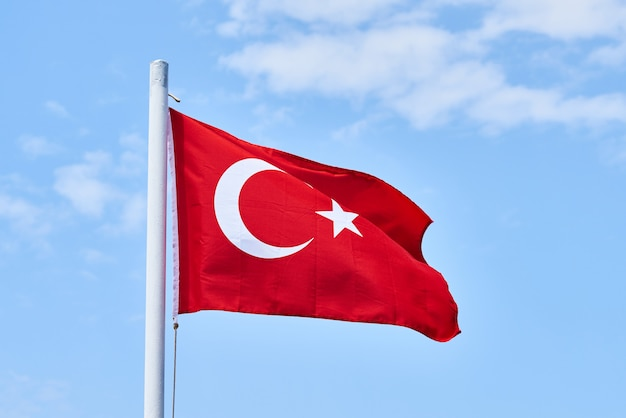 Bandiera turca e lo sfondo del cielo Foto Premium