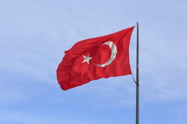 Bandiera turca sul cielo blu Foto Premium