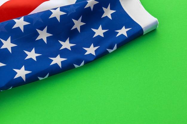 Bandiere americane contro uno sfondo verde Foto Premium