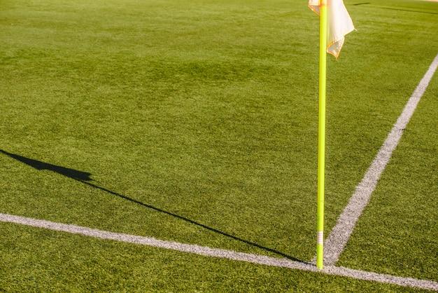 Bandiere su un campo da calcio, fermata e concetto di avvertimento Foto Premium