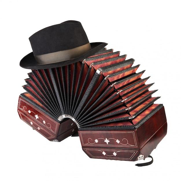 Bandoneon, strumento di tango con un cappello maschile in cima Foto Premium