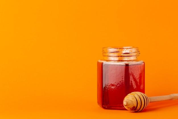 Barattolo e merlo acquaiolo del miele di vista frontale con lo spazio della copia Foto Gratuite