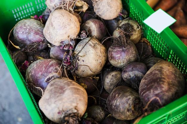 Barbabietole fresche raccolte in cassa per la vendita sul mercato Foto Gratuite