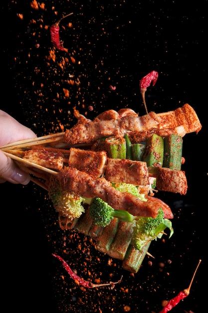 Barbecue alla griglia mala (bbq) con pepe di sichuan, con condimenti che cadono polvere di mala e peperoncino, cibo di strada caldo e speziato e delizioso. Foto Premium