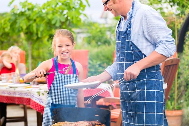 Barbecue con la famiglia in giardino Foto Premium