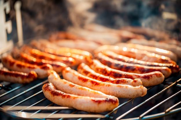 Barbecue con salsicce alla griglia Foto Premium