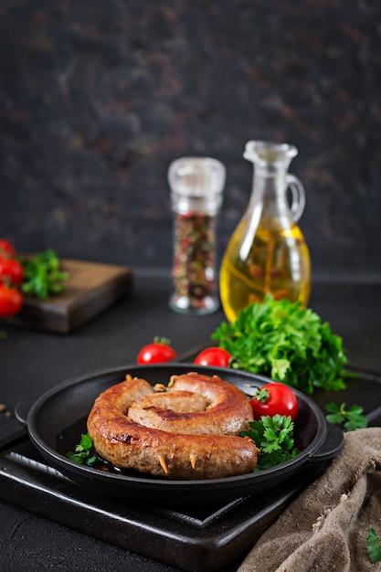 Barbecue con salsiccia fatta in casa menu di pic-nic cibo festivo Foto Premium