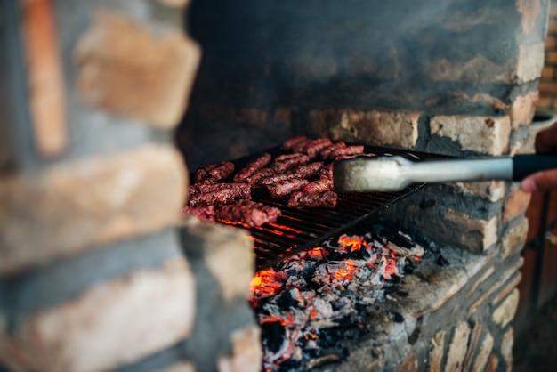 Barbecue sulla pietra camino all'aperto. avvicinamento. Foto Premium