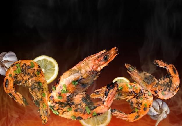 Barbeque gamberi alla griglia con ingredienti piccanti. Foto Premium