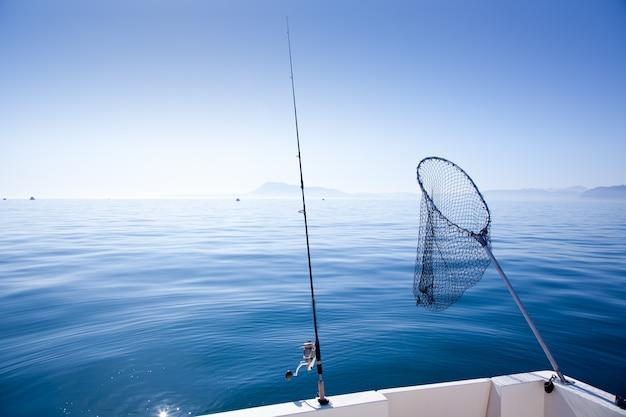 Barca da pesca e guadino in mare Foto Premium