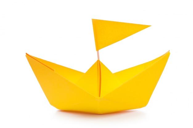 Barca di carta di origami isolata su bianco Foto Premium