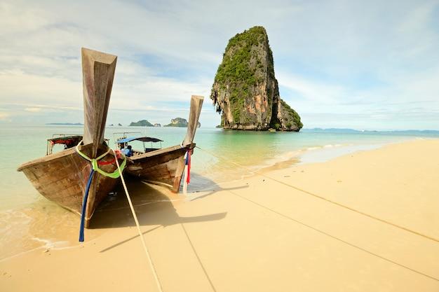 Barca di longtail che galleggia sull'acqua trasparente Foto Premium