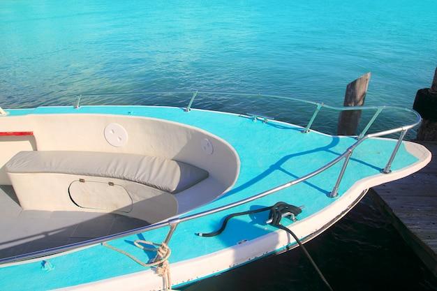 Barca prua verde nel turchese del mar dei caraibi Foto Premium