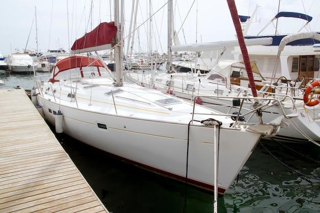 Barche a vela del porticciolo in formentera isole baleari Foto Premium