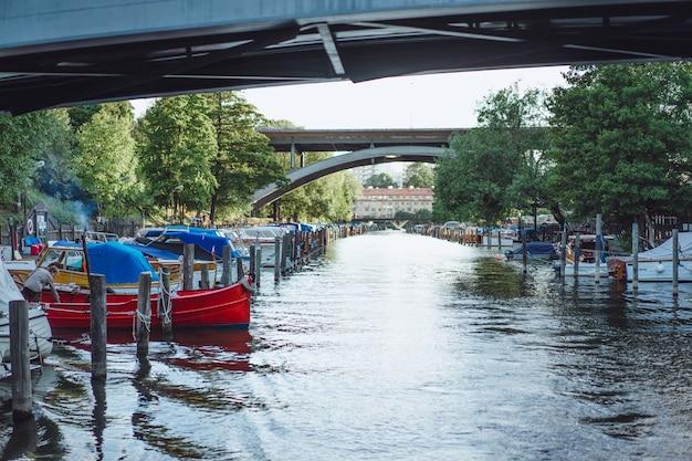 Barche a vela e yacht sul molo a stoccolma davanti al centro della città Foto Gratuite