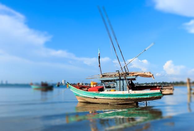 Barche da pesca ancorate vicino alla riva nella provincia di chonburi Foto Premium