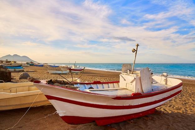 Barche da spiaggia almeria cabo de gata san miguel Foto Premium