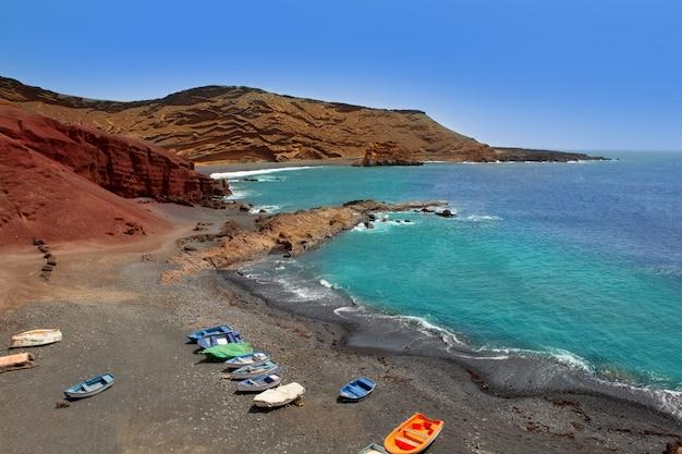 Barche dell'oceano atlantico di lanzarote el golfo Foto Premium