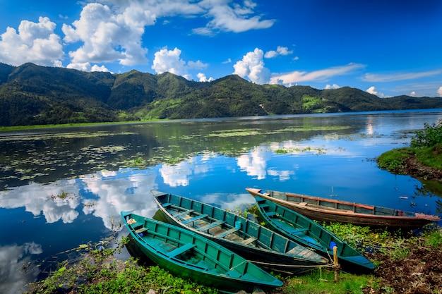 Barche sul lago pokhara fewa Foto Premium