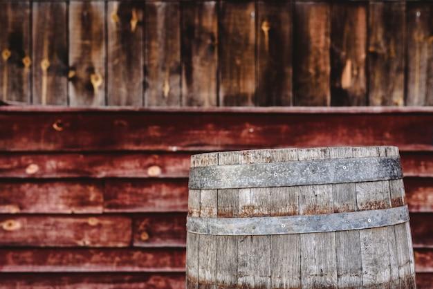 Barile di legno, dietro il fondo di tavole di legno invecchiate, per conservare bevande alcoliche come vino o whisky Foto Premium
