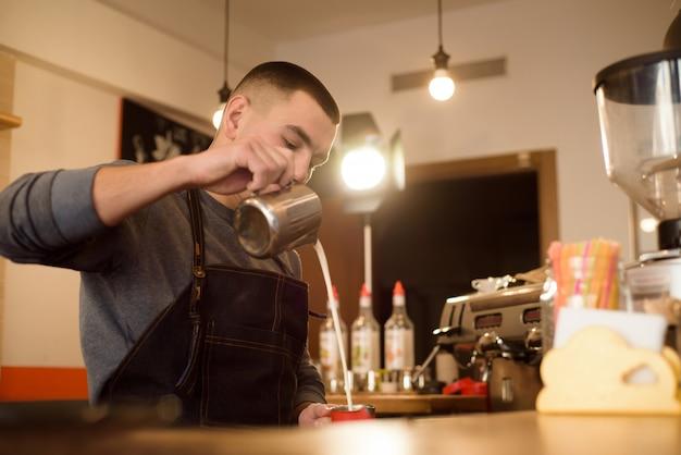 Barista che fa cappuccino, barista che prepara la bevanda del caffè Foto Premium