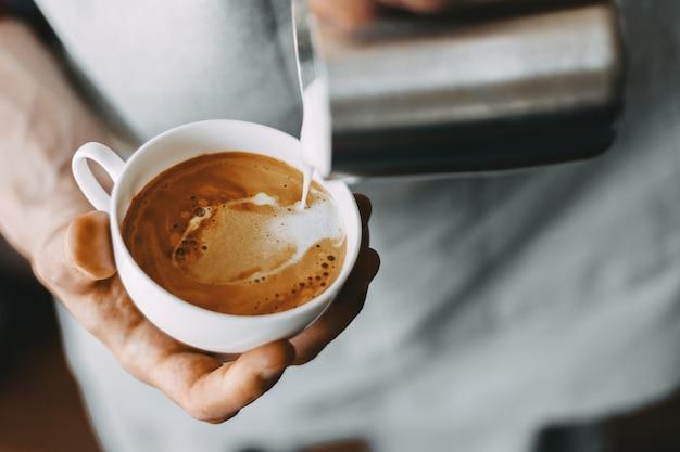 Barista che prepara cappuccino classico Foto Premium