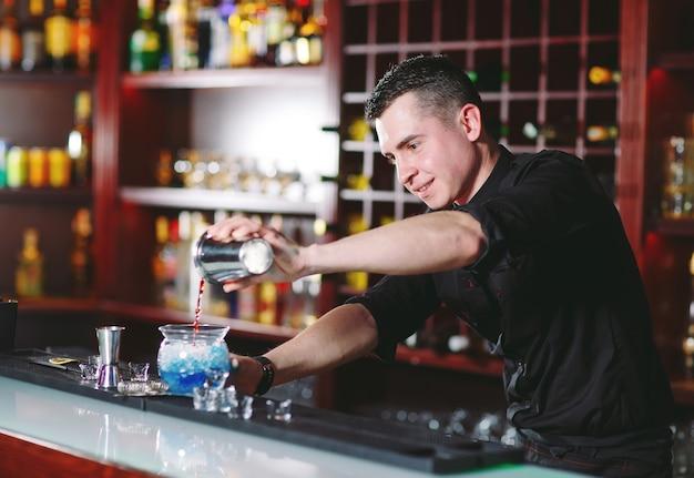 Barista che versa cocktail fresco in vetro operato Foto Premium