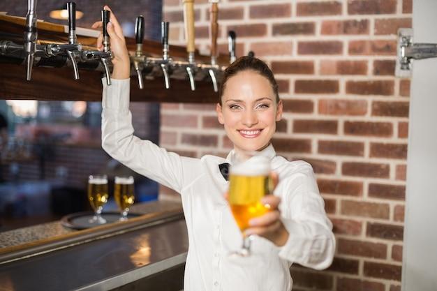 Barista in possesso di una birra Foto Premium