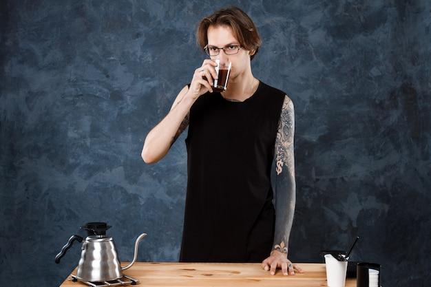 Barista maschio gusto caffè. metodi alternativi di fermentazione. Foto Gratuite