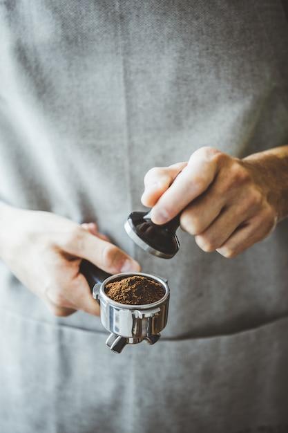 Barista pronto per fare un espresso classico Foto Gratuite
