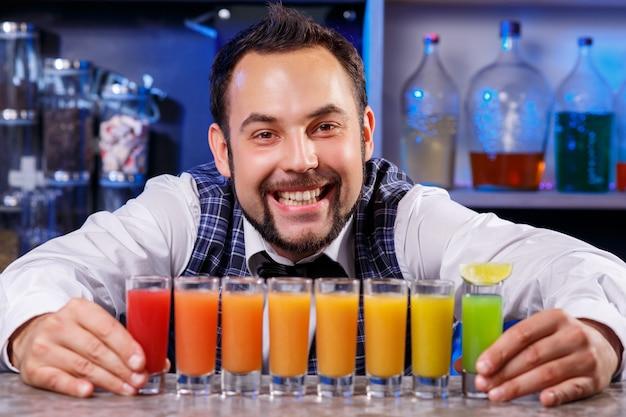 Barman al lavoro, preparare cocktail. Foto Gratuite