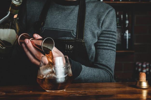 Barman con un cocktail Foto Gratuite