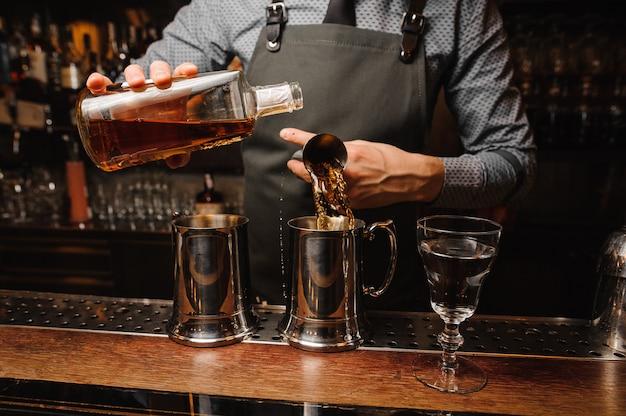 Barman in grembiule e cocktail alcolici Foto Premium
