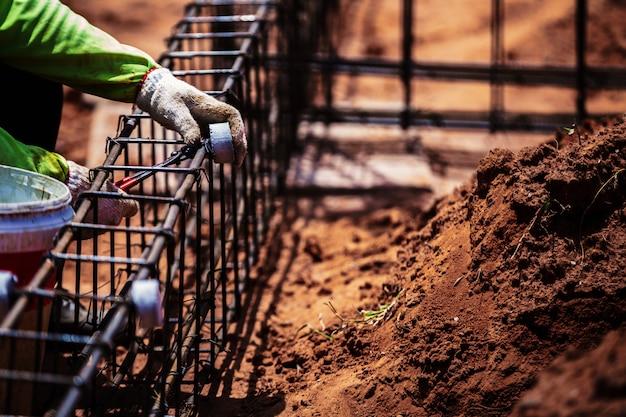 Barra d'acciaio del cavo del lavoratore della gente del lavoro del cantiere di industria Foto Premium