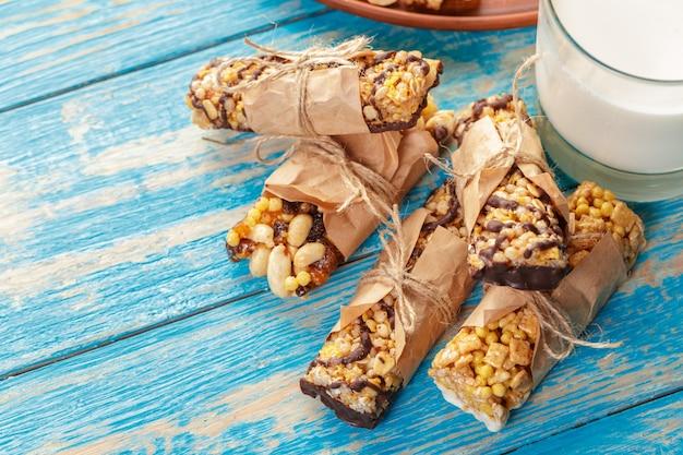 Barra di granola su fondo di legno Foto Premium