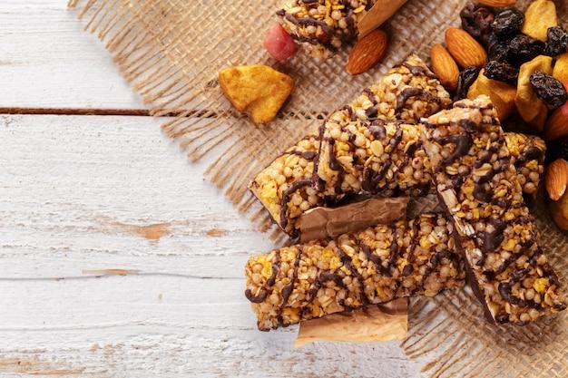 Barra di granola sulla tavola di legno Foto Premium