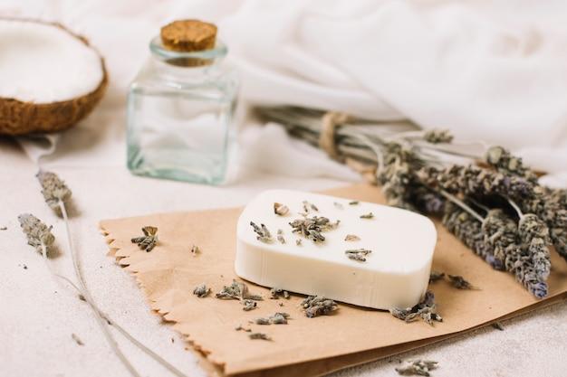 Barra di sapone con composizione di olio di cocco e lavanda Foto Gratuite