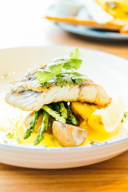 Barramundi o pesce pangasio e bistecca di carne Foto Gratuite