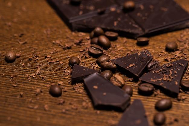 Barretta di cioccolato e chicchi di caffè Foto Gratuite