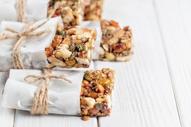 Barrette per la colazione superfood fatte in casa con noci tostate come mandorle, anacardi, semi di zucca, semi di sesamo Foto Premium