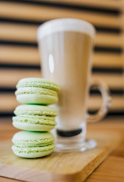 Basso angolo di bevanda al caffè con macarons Foto Gratuite
