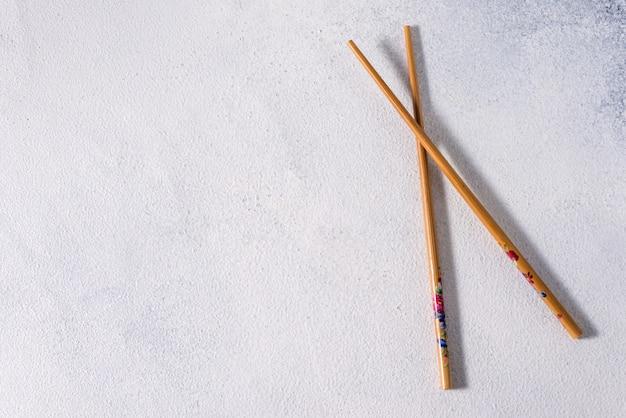 Bastoncini alimentari. bacchette cinesi in legno per piatti asiatici, bastoncini di bambù con cibo orientale Foto Premium