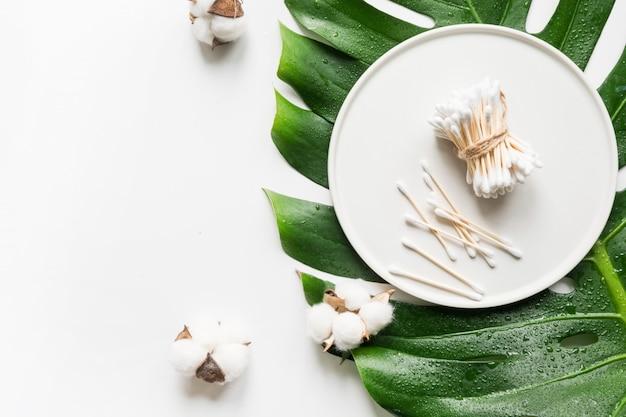 Bastoncini di bambù, cosmetici biologici naturali, cotone Foto Premium